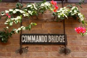 Commando bridge . der ideale Chef in indien